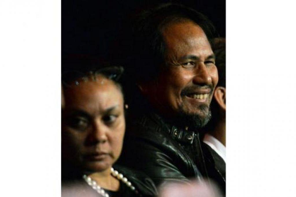 TERHIBUR: Datuk M. Nasir bernostalgia di sisi isterinya, Datin Marlia Musa di konsert The Flybaits.