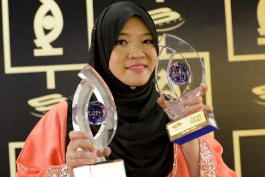 "KEMENANGAN BERSAMA: Penyelia skrip dari MediaCorp Eaglevision, Wan Firzaleenazrah, berkongsi kemenangannya bersama ""guru-gurunya"" di Eaglevision. - Foto TUKIMAN WARJI"