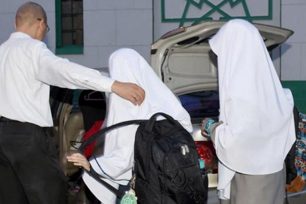 TIDAK BERBALOI: Encik Muhammad yang telah menetap di Johor sejak 2010 kini merancang pindah semula ke Singapura. Beliau enggan wajah beliau dan anak-anaknya ditunjukkan dalam foto. - Foto TAUFIK A. KADER