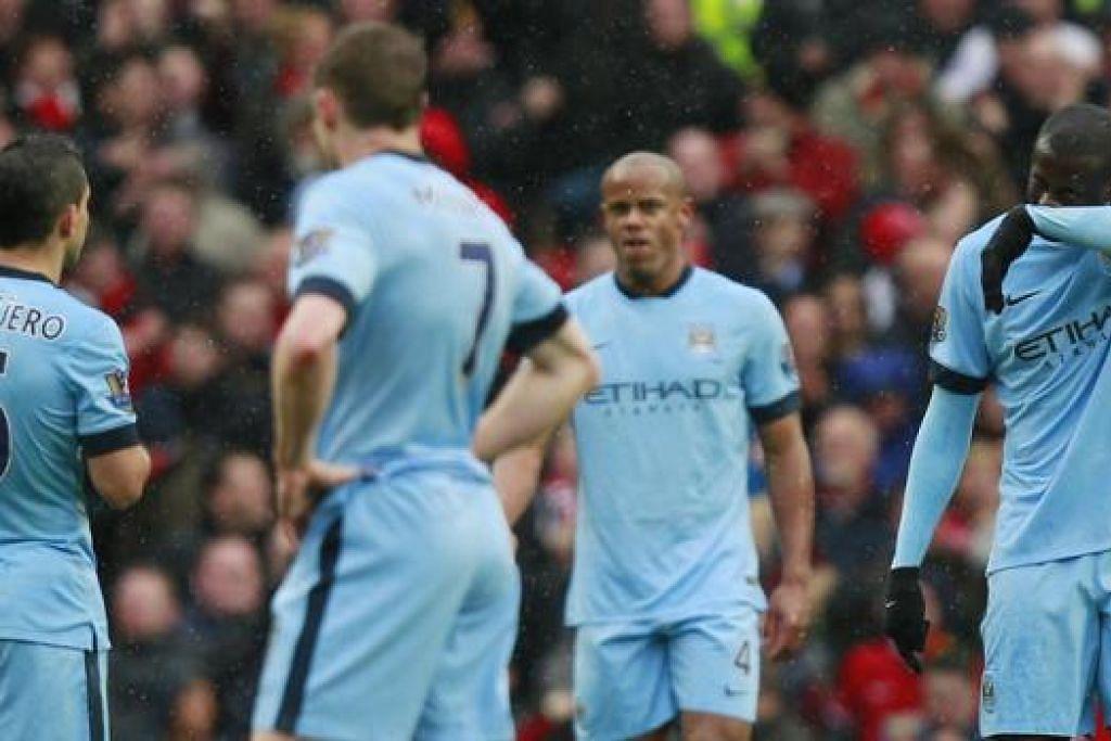WAJAH-WAJAH HAMPA: Pemain Manchester City, termasuk tunggak midfieldnya Yaya Toure (kanan) dan penyerang Sergio Aguero (kiri), begitu kecewa selepas gawang mereka dibolosi buat kali keempat kelmarin. - Foto REUTERS
