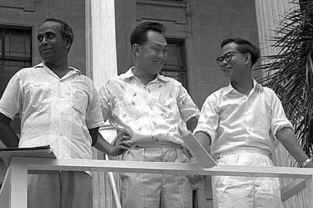 SEHATI SEJIWA: Mendiang Encik Lee (tengah) bersama dua lagi orang kuat pasukannya, mendiang Encik S. Rajaratnam (kiri) dan mendiang Dr Toh Chin Chye – sebuah pasukan berbilang kaum yang berupaya memanfaatkan kekuatan masing-masing. – Foto-foto fail
