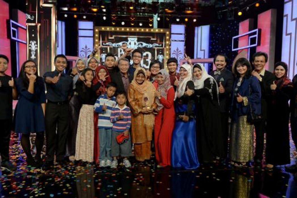 KELUARGA BESAR PONISAH BACHIK: Kesemua 15 cucu, empat anak serta menantu dan suami pelakon veteran Ponisah Bachik (memegang trofi), penerima anugerah Perdana Emas, menghadiri acara gilang-gemilang Pesta Perdana 13 pada Sabtu lalu. - Foto-foto TUKIMAN WARJI