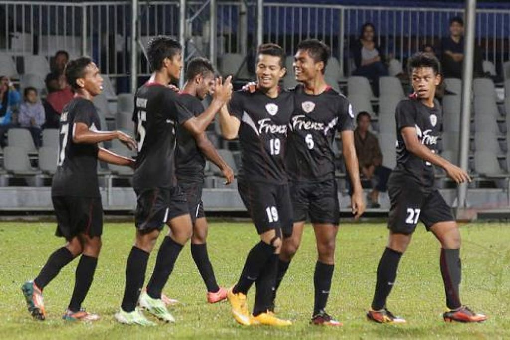 CUNGKIL BAKAT: Kelab Bola Sepak Frenz United (FUFC) cuba sedaya upaya menyediakan wadah untuk anak muda memperbaiki kemahiran bermain bola sepak mereka.