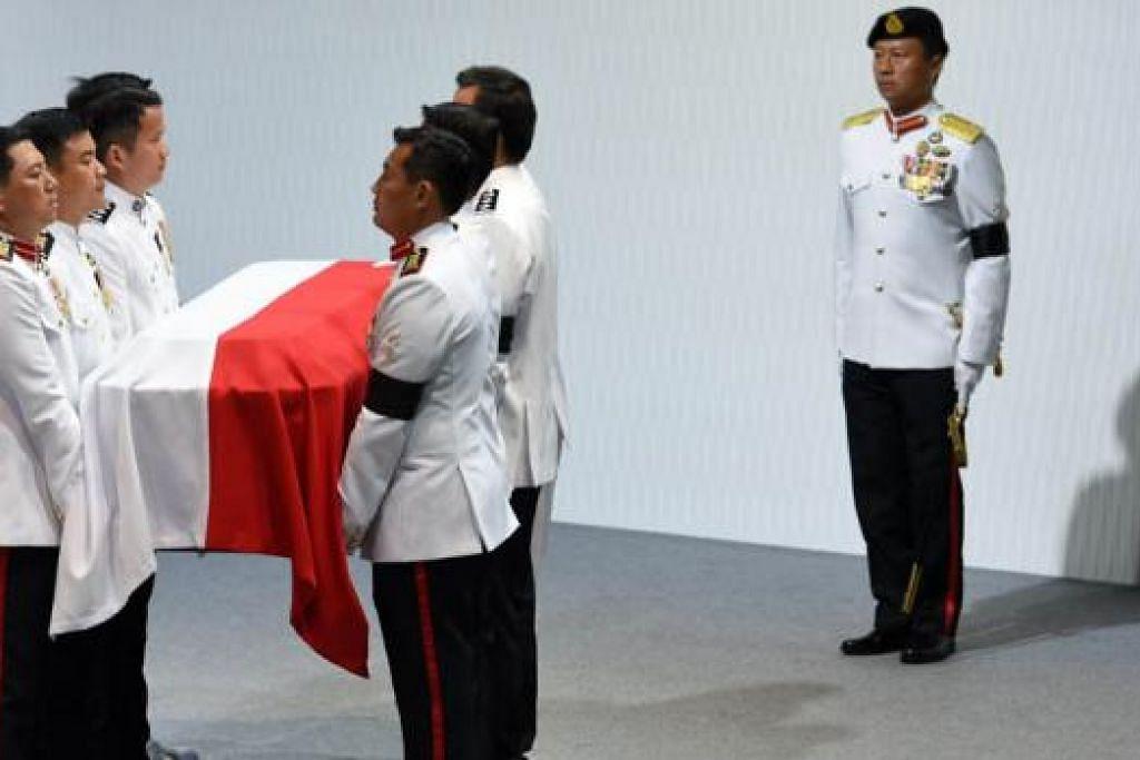 KINI DIPAMER: Bendera negara yang tutupi keranda Encik Lee ialah antara barangan lain daripada kehidupannya yang dipamer di pameran 'Dalam Peringatan: Lee Kuan Yew'. - Foto fail
