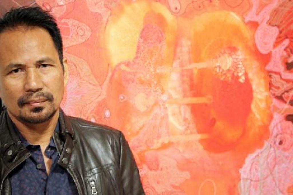 SASARAN PENGUMPUL KARYA SENI: M. Nasir bergambar bersama salah sebuah lukisannya berjudul 'Degup' yang dipamerkan dalam pameran solonya Tanda II yang berlangsung di Galeri Tapak, Shah Alam, minggu lalu. – Foto M. SALIHIN SULAIMAN
