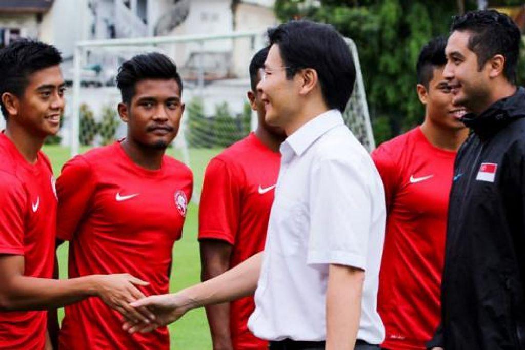 SELAMAT BERJUANG: Encik Wong, yang diiringi jurulatih Aide Iskandar, berjabat tangan dengan Amy Recha Pristifana semasa melawat persiapan skuad Bawah 23 Tahun nasional baru-baru ini. - Foto FAS