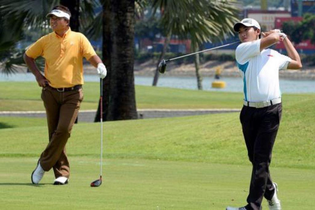 PUKULAN MANTAP: Jaguh golf negara, Mardan Mamat (baju kuning), 'mengawasi' pukulan yang dilakukan pemain muda, Abdul Hadi Uda, dalam sesi latihan pasukan nasional di padang Serapong, Kelab Golf Sentosa, pagi semalam. - Foto ZAINAL YAHYA