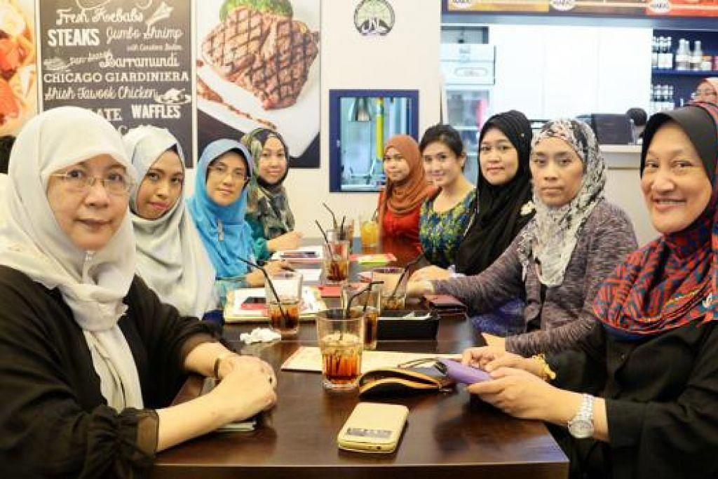 SEMANGAT BARU: Cik Junaidah Tarjo (kiri) dan Eksekutif DPPMS, Cik Nur Hazirah Mohd Noh (berbaju merah), bersama sebahagian anggota jawatankuasa baru Dewi (dari dua dari kiri) – Cik Dyan Fasya Sidik, Cik Fatimah Mahmood, Cik Hayati Kasmani, Cik Nur Dian Mohd Rashid, Cik Hasnah Kasdi, Cik Siti Rohani Haji Habib Mohd dan Kapten (Bersara) Rosnah Din – komited menjalankan kegiatan untuk membantu peniaga yang berpangkalan di rumah. – Foto JOHARI RAHMAT
