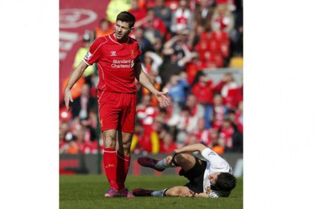 KEKECEWAAN: Steven Gerrard (kiri) dilayang kad merah kerana kekasaran ke atas pemain Manchester United, Ander Harrera (kanan), dalam satu perlawanan Liga Perdana di Anfield bulan lalu. - Foto REUTERS
