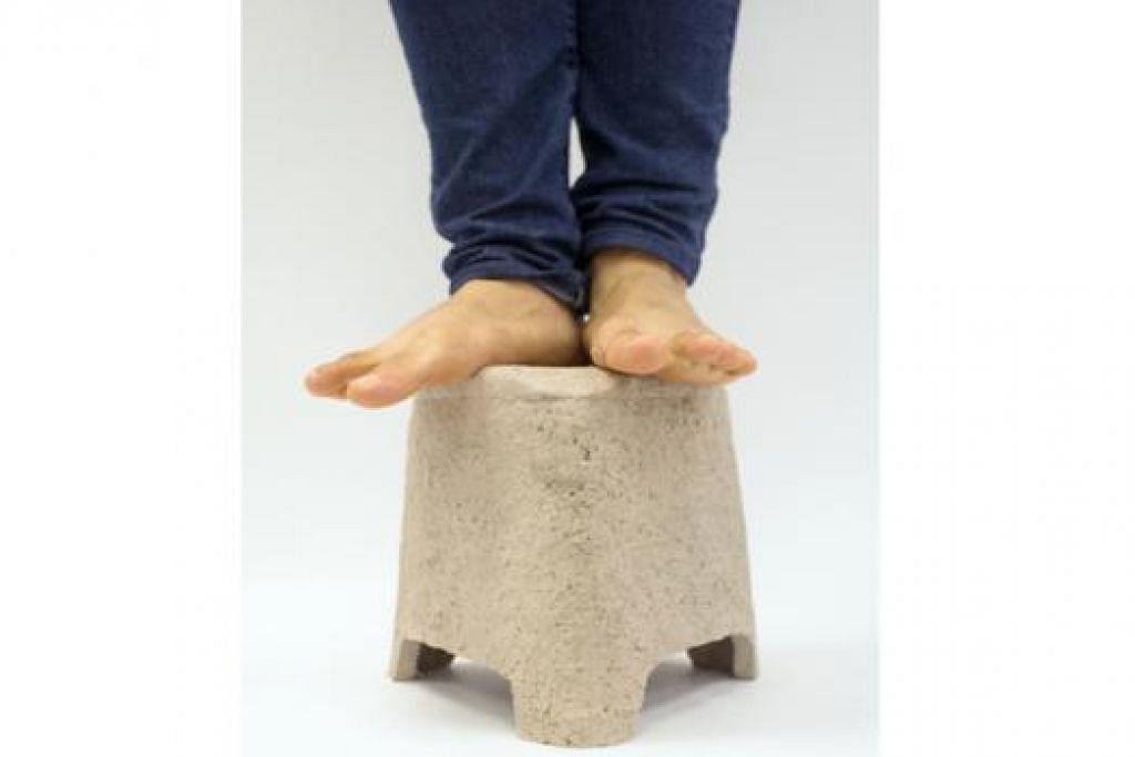 BUKTI KUAT: Encik Hafeez membuktikan betapa kukuhnya bahan ini dengan berdiri di atas bangku yang diperbuat daripada bahan baru ciptaannya. - Foto ihsan MOHAMED HAFEEZ MOHAMED SHAH