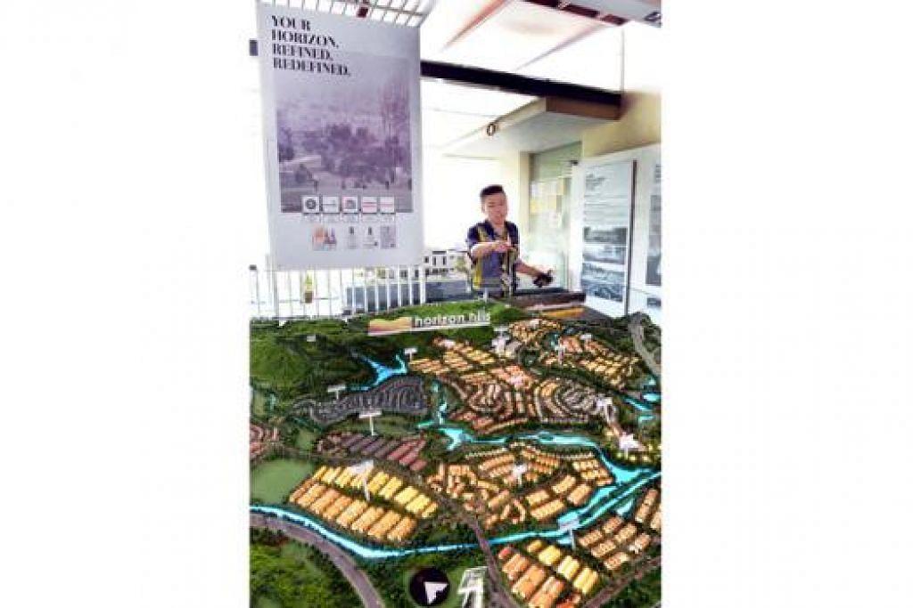 HORIZON HILLS: Encik Ng menunjukkan model pembangunan Horizon Hills di bilik pameran projek perumahan itu di Horizon Hills Golf & Country Club.