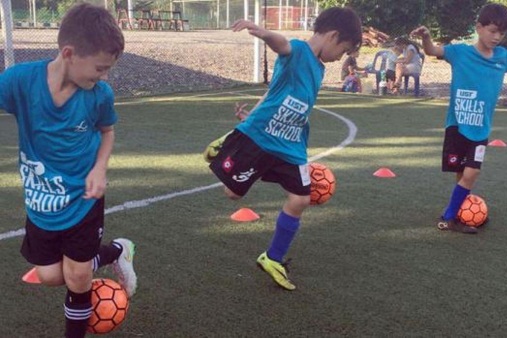 TEKNIK BOLA SEPAK GAYA BEBAS: UST Blue menjalani latihan yang fokus kepada teknik mengawal bola bagi membangunkan kemahiran dalam bola sepak. - Foto UST SKILLS SCHOOL