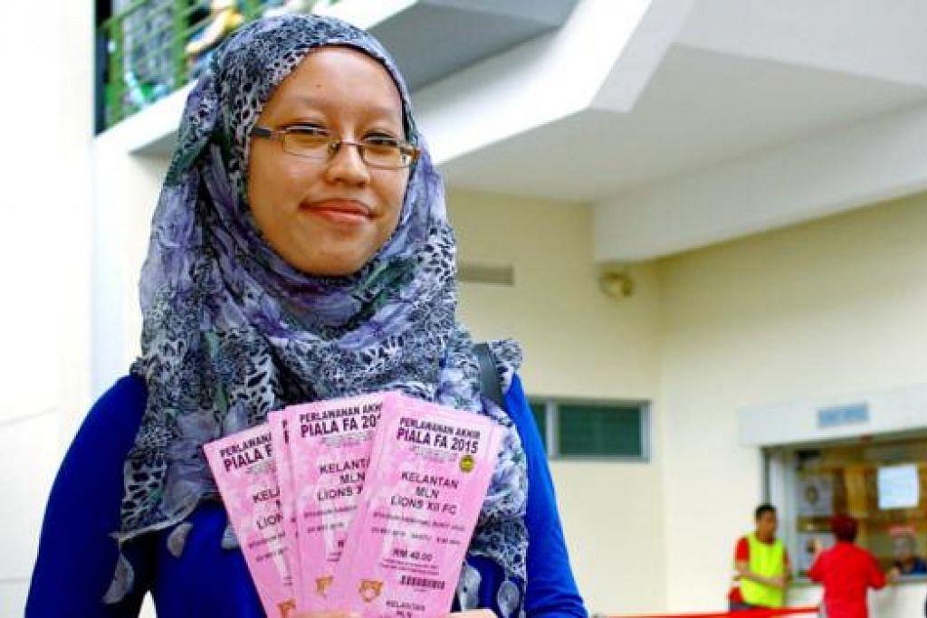 'BERKONVOI' KE KL: Cik Amal Husnah bercadang ke Kuala Lumpur dengan menaiki kereta dengan 18 anggota keluarganya. - Foto NORMAN SAWI