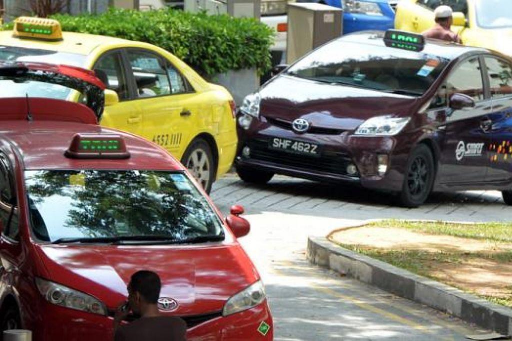 MENYUMBANG KEPADA MEDISAVE IKUT KEMAMPUAN: Rata-rata pemandu teksi membawa pulang sekitar $3,000 sebulan. Mereka juga bekerja kira-kira 12 jam sehari. - Foto M.O. SALLEH