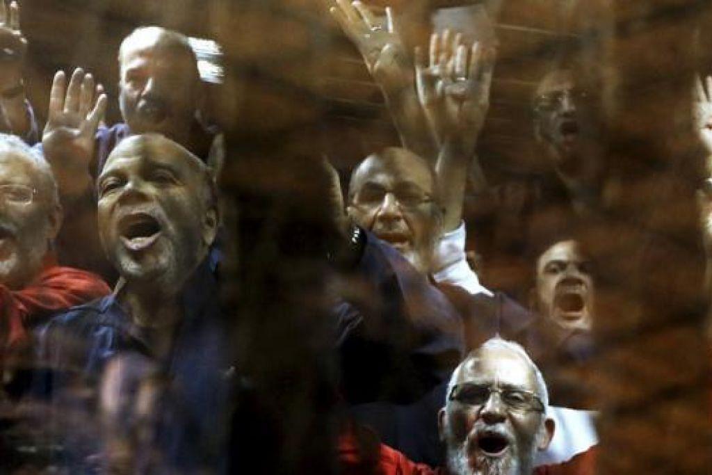 HADAPI HUKUMAN MATI: Lebih 100 ahli Ikhwanul Muslimin, selain presiden yang digulingkan, Mohammed Morsi, dijatuhi hukuman mati, selepas disabit bersalah melarikan diri daripada penjara dan membunuh anggota keselamatan pada 2011. - Foto REUTERS