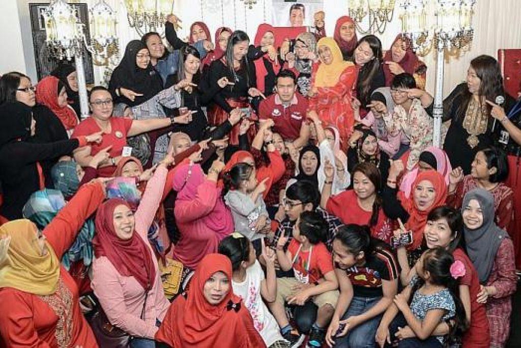 KUMPUL BERAMAI-RAMAI: Sekitar 100 peminat telah berjumpa pelakon Ungku Ismail Aziz (tengah) di satu sesi menemui peminat pada 16 Mei lalu di restoran Lagun Sari. - Foto ihsan NORSITA AMIR
