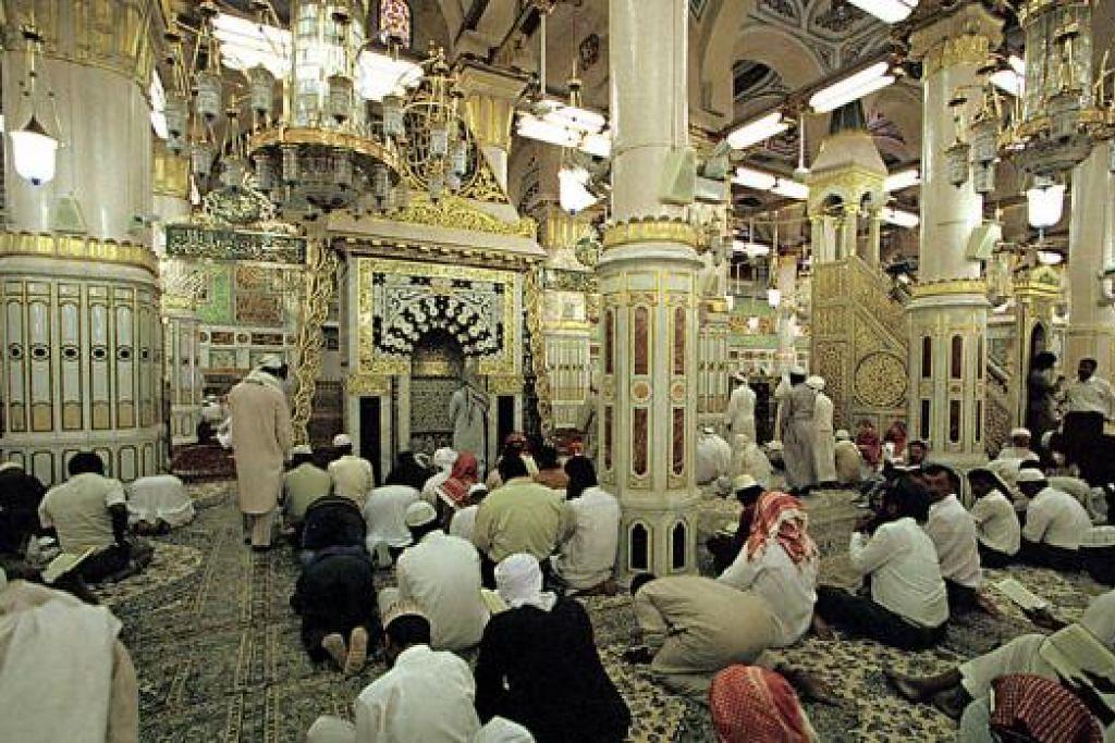 MASJID NABAWI: Di sinilah Rasulullah saw dan dua sahabat karibnya dimakamkan di kota Madinah. - Foto hiasan