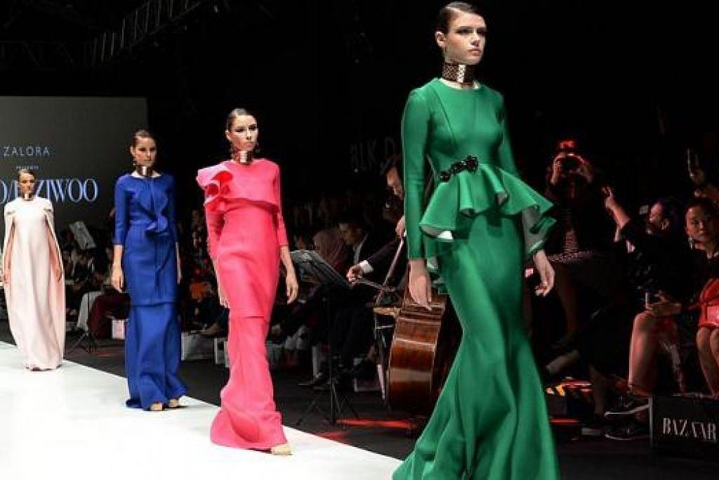 DI PENTAS ANTARABANGSA: Potongan peplum masih popular tetapi Woo/Fiziwoo memberikan sentuhan berbeza dengan membuat alunan ombak di bahagian depan lebih besar dan menonjol. Ini merupakan antara koleksi mereka dalam 'Minggu Fesyen Singapura'. - Foto-foto ZAINAL YAHYA