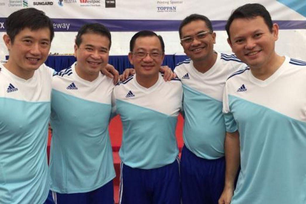 SAHUT CABARAN: (Dari kiri) Encik Teo Ser Luck, Encik Edwin Tong, Encik Seah Kian Peng dan Encik Zaqy (kanan) antara Anggota Parlimen (AP) yang akan menentang pasukan wartawan Berita Harian Sabtu depan. AP GRC Bishan-Toa Payoh, Encik Zainudin Nordin (dua dari kanan), tidak akan bermain dalam perlawanan kali ini.- Foto ihsan ZAQY MOHAMAD