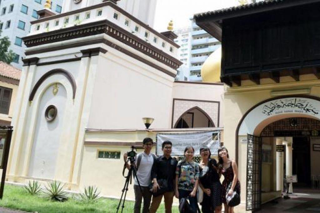 LEBIH HARGAI BANGUNAN LAMA: (Dari kiri) Encik Adeeb Fazah, Encik Cheong, Cik Phua, Cik Lim dan Cik Smalley lebih menghargai bangunan lama Singapura selepas menghasilkan filem pendek tentang Masjid Hajjah Fatimah. Filem mereka menang tempat kedua di Pesta Filem AHA URA. - Foto ihsan ADEEB FAZAH ANWAR AZIZ MARICAN