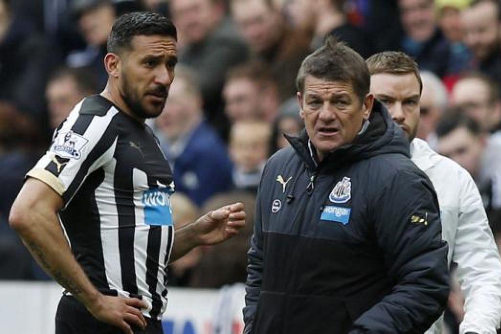 SELAMAT ATAU TIDAK: Pengurus Newcastle United, John Carver (kanan), kelihatan sedang mengatakan sesuatu kepada pemainnya, Jonas Gutierrez, semasa menentang Swansea bulan lalu. - Foto REUTERS