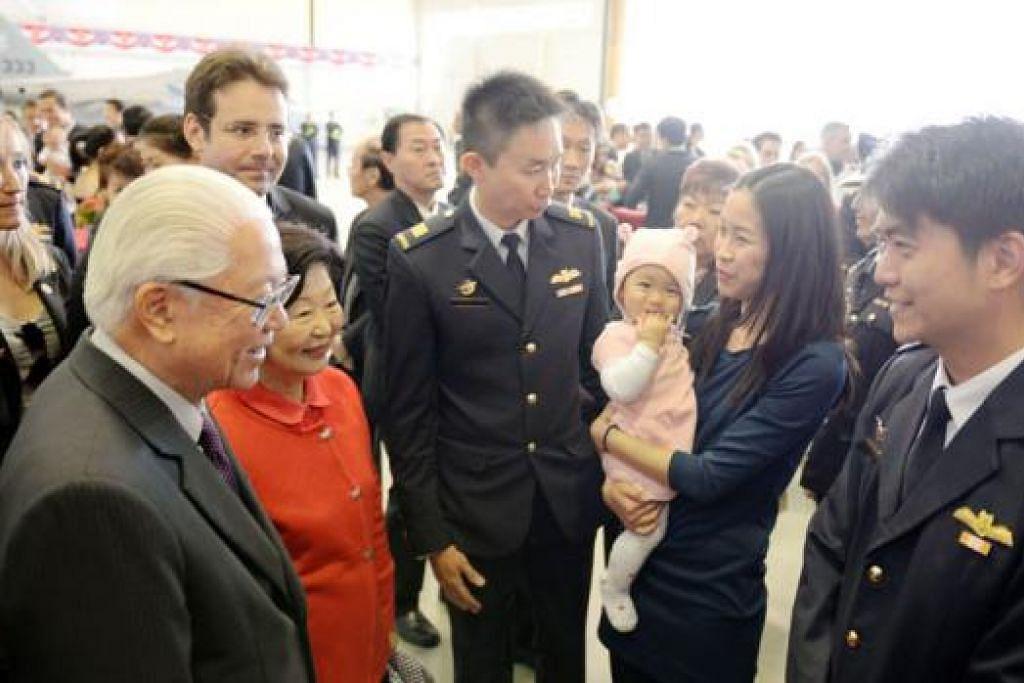 KAGUM KEMUDAHAN LATIHAN DI PERANCIS: Presiden Tony Tan (kiri) dan isterinya, Cik Mary Tan (dua dari kiri), berinteraksi dengan pegawai RSAF dan keluarga mereka di Pangkalan Udara Cazaux. – Foto MINDEF