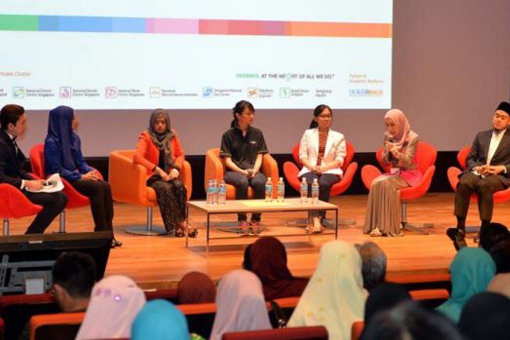 KONGSI TIP KESIHATAN: Panel penceramah forum awam mengenai kesihatan di bulan Ramadan, (dari kanan) Pegawai Agama Masjid Ar-Raudhah, Ustaz Nur Qamarul Mohamed; Konsultan Bersekutu Jabatan Endokrinologi SGH, Dr Sueziani Zainudin; Pakar Pemakanan SGH, Cik Chong Ai Heong; pakar fisoterapi, Cik Dora Wee; Jururawat Khidmat Klinik (Penjagaan Khusus) SGH, Cik Aslena Hussain; dan Dr Elly Sabrina bersama wartawan Hairianto Diman sebagai pengacara. - Foto M.O. SALLEH