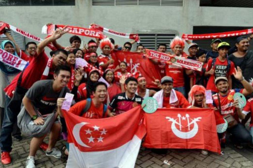 HUBUNGAN MESRA: Penyokong Kelantan FA dan LionsXII beramah mesra di luar stadium sebelum pertarungan bermula.