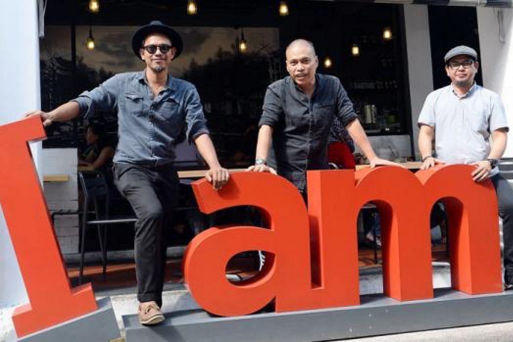 PERNIAGAAN RANCAK: (Dari kiri) Encik Jaffar, Encik Jamuri dan Encik Salle bersama arca I am yang terletak di kafe mereka di Haji Lane. - Foto TAUFIK A. KADER