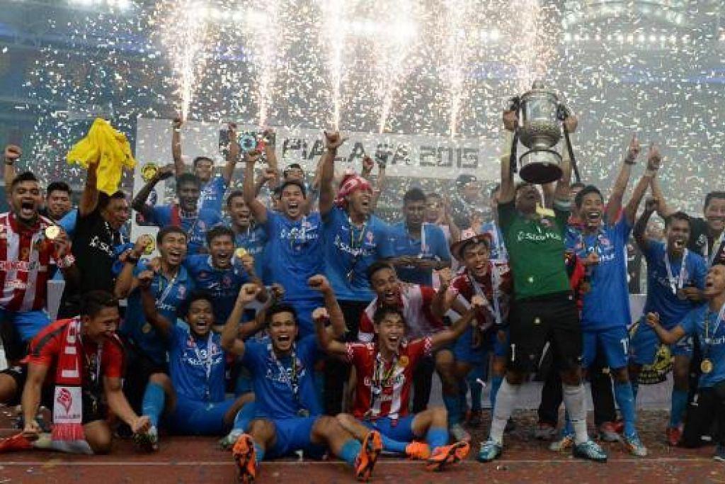 JUARA PIALA FA 2015: LionsXII mencipta sejarah sebagai juara Piala FA 2015 - kali pertama piala itu dibawa ke Singapura.