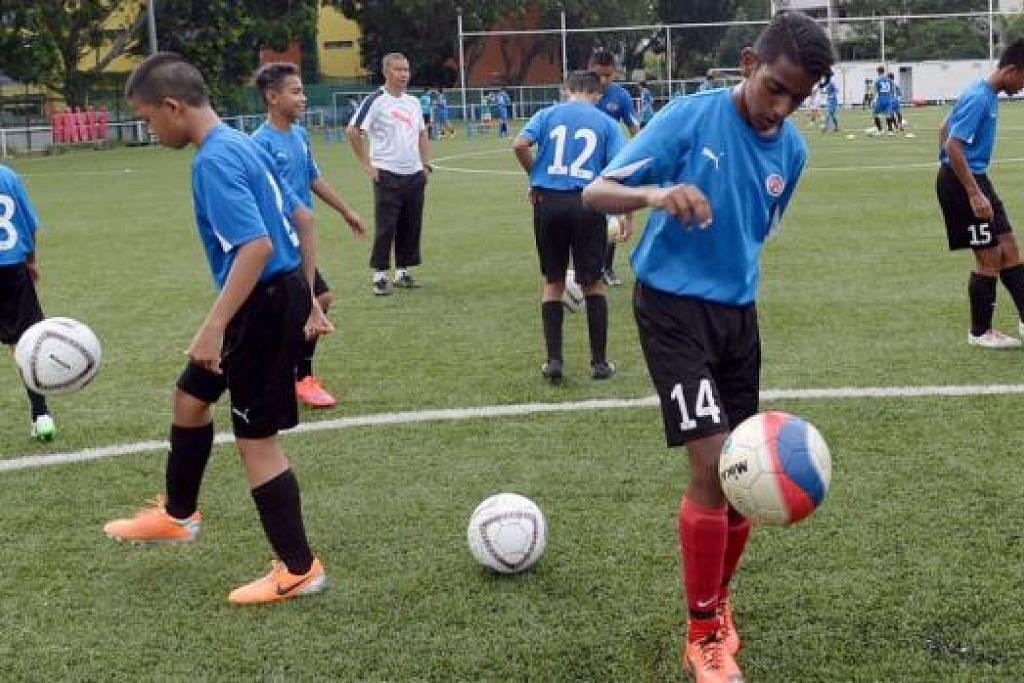 UJI BAKAT BOLA SEPAK: Pasukan bola sepak Home United (HUFC) berpeluang membandingkan prestasi mereka melalui perlawanan persahabatan dengan pasukan FUFC dari Malaysia. - Foto TAUFIK A KADER