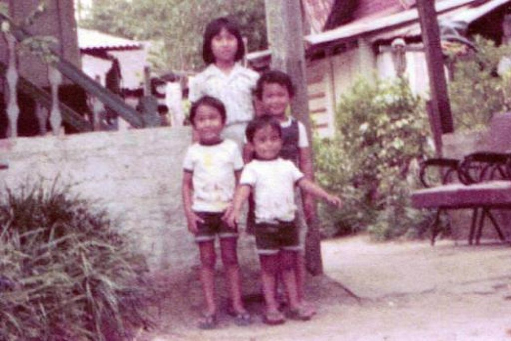 KENANGAN DI KAMPUNG TAI SENG: Beginilah kenangan di rumah panggung yang didiami Encik Djamal Tukimin di Lorong Tai Seng pada 1977. Turut bergambar (mengikut putaran jam, dari belakang) ialah Maryam, adik ipar Encik Djamal; anak seorang jiran; serta Taufiq dan adiknya, Haekal, kededuanya anak Encik Djamal. - Foto ihsan