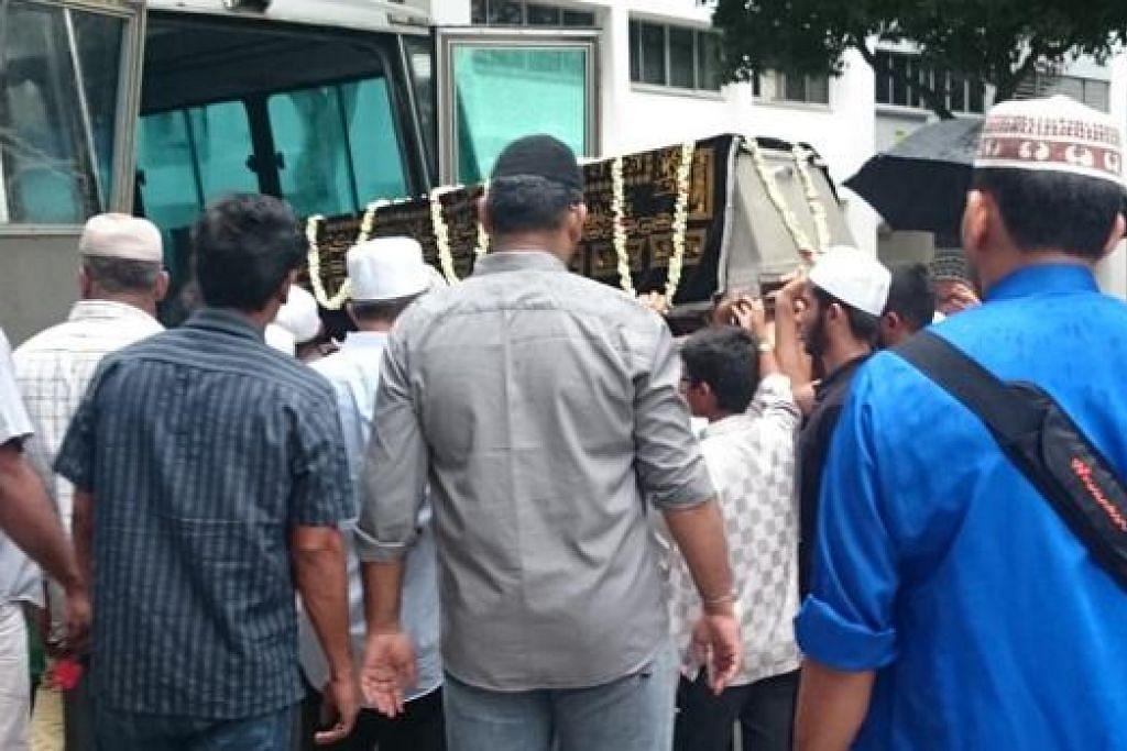 DIBAWA KE MASJID: Jenazah Allahyarham Mohamed Aslam Shahul diangkat ke dalam bas dan dibawa ke Masjid Al-Mawaddah untuk disembahyangkan.- Foto HAKIM YUSOF