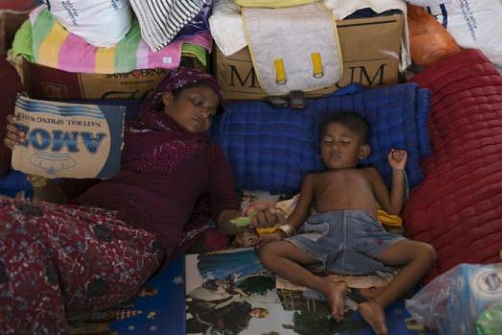 CARI PERLINDUNGAN: Pelarian Rohingya, yang tiba di Indonesia baru-baru ini, berehat di khemah sementara di Kuala Langsa, Aceh, Indonesia. UNHCR merancang menemu bual pendatang tanpa izin yang mendarat di utara Semenanjung Malaysia untuk mengetahui identiti dan asal usul mereka. - Foto REUTERS