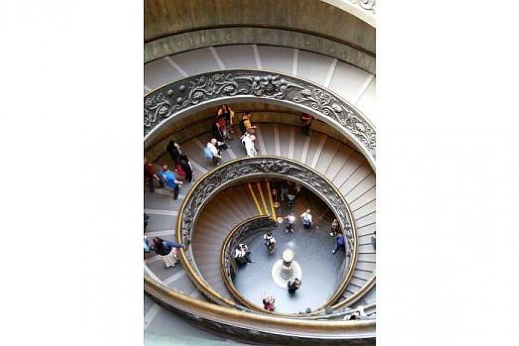UNIK: Tangga berpusing di Muzium Vatican ini direka Giuseppe Momo pada 1932. Pengunjung yang telah selesai menikmati masa di muzium itu berpeluang keluar daripada muzium itu menggunakan tangga berpusing ini. – Foto-foto IRMA KAMARUDIN