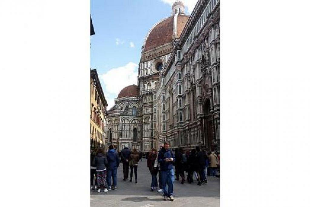 GEREJA BESAR: Sejurus tiba di Florence, orang ramai boleh melihat Cathedral of Saint Mary of the Flower ini di tengah-tengah bandar. Gereja dengan gaya seni bina Gothic ini dibina pada 1436.