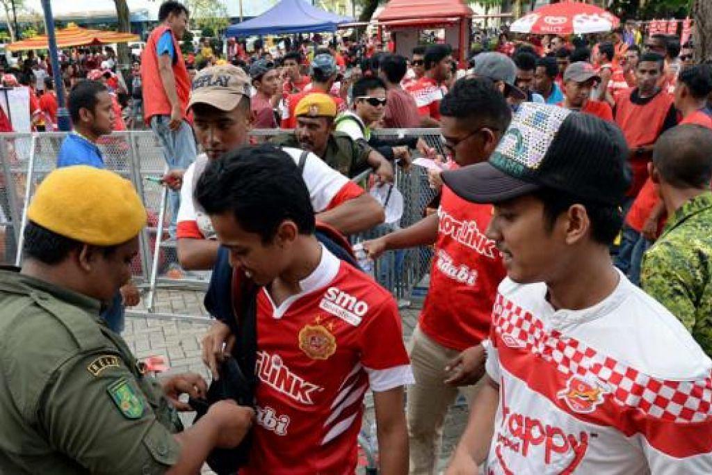 PULANG DENGAN HAMPA: Walau lebih 80,000 penyokong Kelantan tiba di Stadium Bukit Jalil dengan keyakinan pasukan mereka akan menang, kesemuanya pulang dengan hampa selepas Kelantan tewas kepada LionsXII. - Foto ZAINAL YAHYA