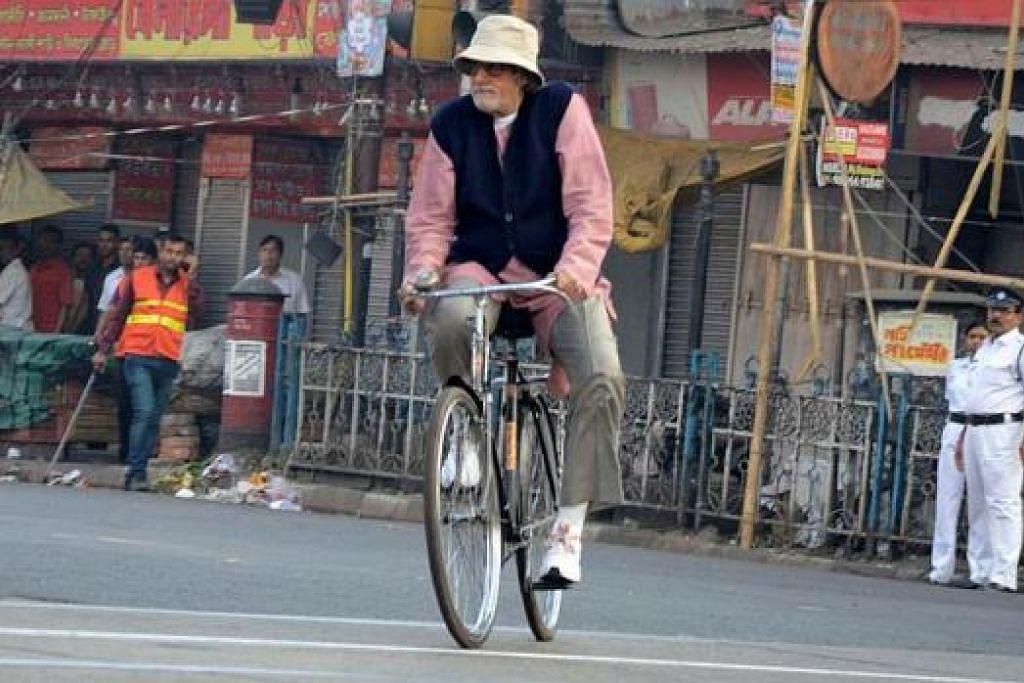 DAPAT PENGIKTIRAFAN: Salah satu adegan dalam filem 'Piku' yang dibintangi Deepika Padukone dan Amitabh Banhchan (gambar). - Foto IANS