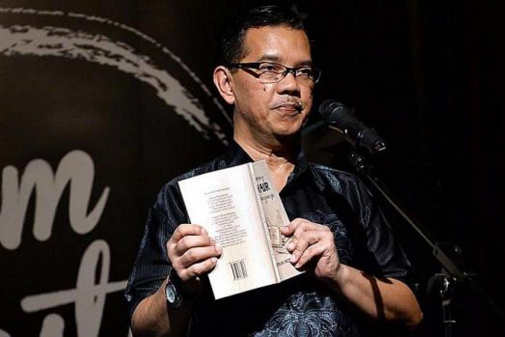 SAJAK HARUS BERMAKNA: Penulis Rohman Munasip semasa mendeklamasikan sajaknya, 'Keresahan', di Malam Sastera anjuran 'Berita Harian' tahun lalu. Sajak beliau, 'Kasturi Putih', disebut penulis sebagai contoh sajak yang memberi kesan kerana mempunyai kesatuan diksi, stail dan makna. – Foto fail