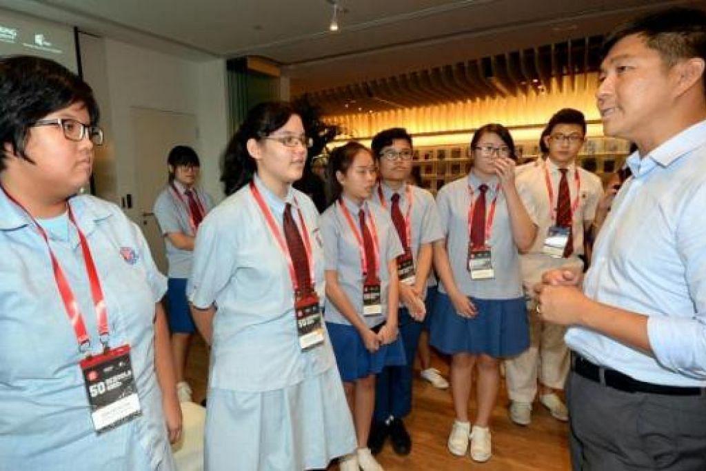 KISAH SME MENARIK MINAT PELAJAR: Shahrazad Logan (dua dari kiri) mengambil peluang menanyakan soalan kepada Encik Tan Chuan-Jin mengenai bantuan yang diberikan pemerintah bagi menyokong SME dalam sekitaran bilangan pekerja asing yang terhad. - Foto JOHARI RAHMAT