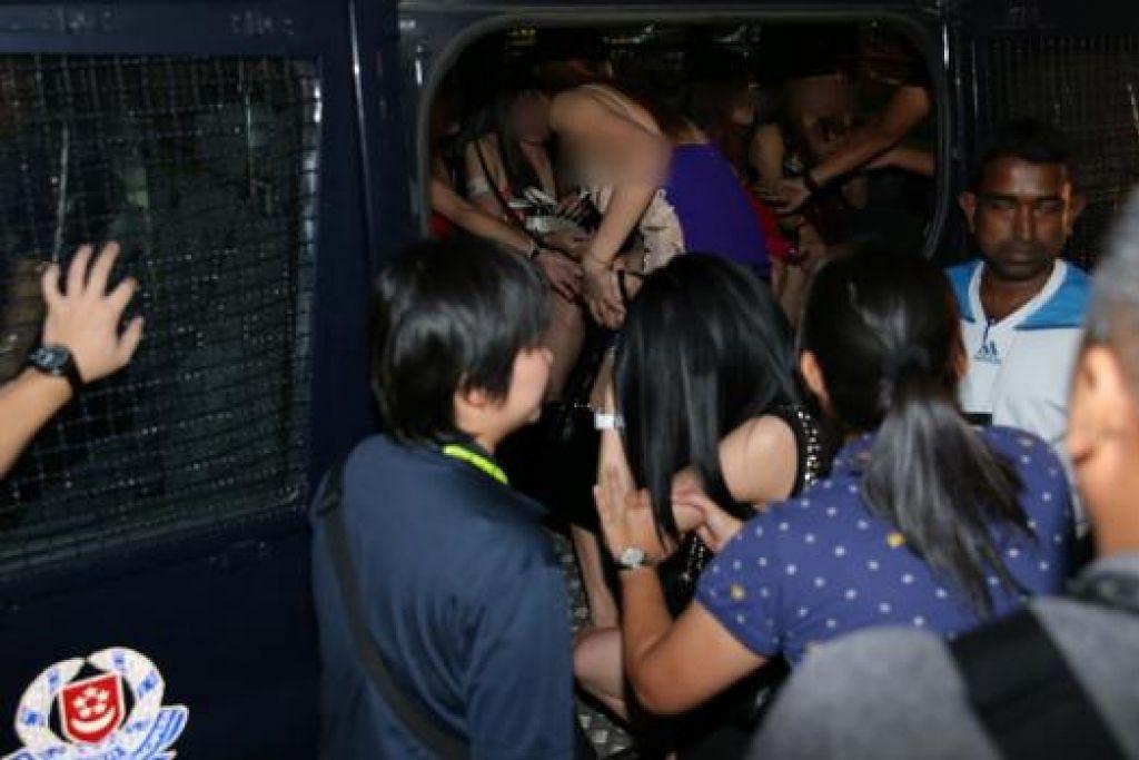 SERBU KELAB MALAM: Polis menyerbu sebuah kelab malam di Jurong dalam satu operasi tiga hari bagi melenyapkan kegiatan menyalahi undang-undang. - Foto THE STRAITS TIMES