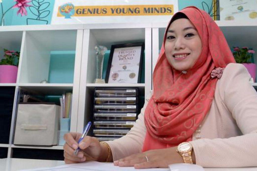 MENARIK MEDIA ANTARABANGSA: Pengalaman Cik Nur Hidayah Ismail mengajar ibu bapa mata pelajaran matematik menarik minat media Britain, BBC, yang memaparkan kisahnya baru-baru ini. - Foto TAUFIK A. KADER