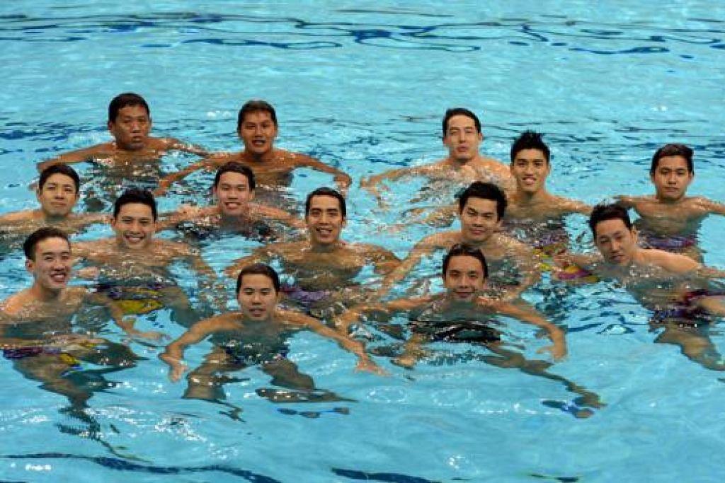 AZAM TERUSKAN TRADISI CEMERLANG: Pasukan polo air Singapura, termasuk jurulatih Lee Sai Meng (tengah, barisan belakang), berazam memenangi emas ke-26 sukan itu di temasya kali ini. - Foto-foto ZAINAL YAHYA