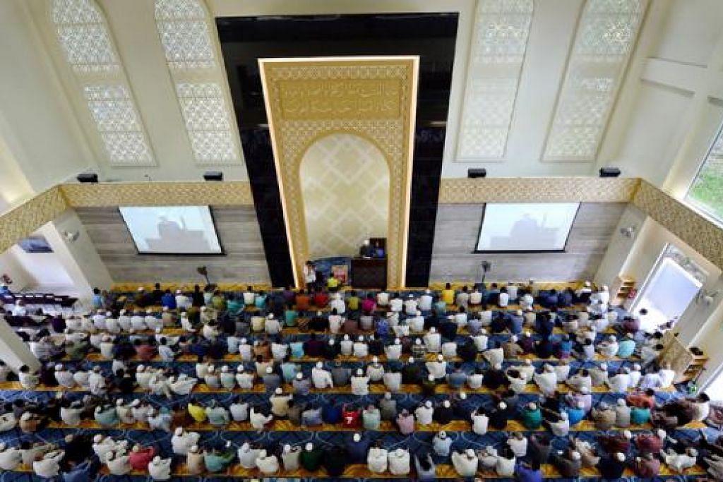 BERIKTIKAF RAMAI: Menyambut Nisfu Syaaban kian menjadi amalan ramai dengan berhimpun dan berdoa di masjid. - Foto hiasan