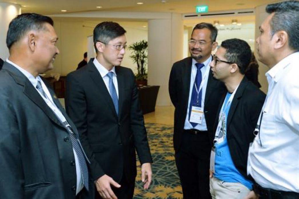BERTUKAR PENDAPAT: Encik Teo Ser Luck (dua dari kiri) berbincang dengan Pengerusi Pusat SME@DPPMS, Encik Akbar Abdul Kader (kiri), dan Presiden DPPMS, Encik Zahidi Abdul Rahman (tengah), serta antara wakil perniagaan pada Sidang Perniagaan Melayu/Islam di Pusat Konvensyen Raffles City, semalam. - Foto-foto KHALID BABA