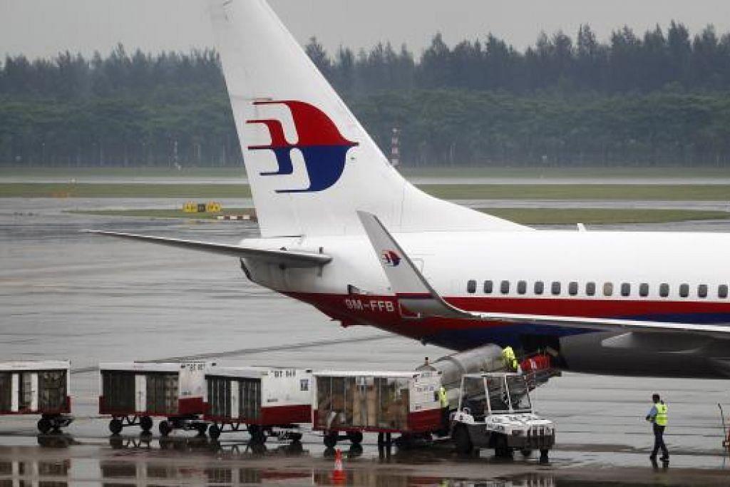 PENYUSUNAN SEMULA: Kakitangan Malaysia Airlines (MAS) akan menerima surat mereka pada Isnin ini. Pusat Pembangunan Korporat (CDC) telah ditubuhkan untuk menyediakan perkhidmatan latihan serta bantuan mendapatkan pekerjaan baharu secara percuma buat kakitangan yang akan meninggalkan syarikat itu. - Foto THE STRAITS TIMES.