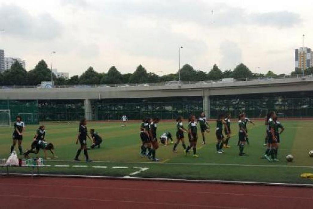 TIDAK TAKUT BOLA: Pasukan futsal TPJC berlatih dengan sungguh-sungguh dan tidak sabar mahu menunjukkan kemahiran mereka esok. - Foto SALOME SIM LIN PING