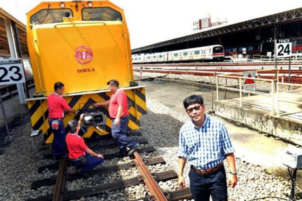 PELUANG RAIH KEMAHIRAN BARU: Pengurus cawangan dalam divisyen kejuruteraan kereta api SMRT, Encik Abdul Rashid Ahmad (kanan), mengalu-alukan laluan kerjaya yang diperkenalkan majikannya untuk jurutera kereta api. - Foto KHALID BABA