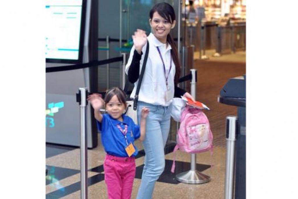 BERTUAH DAPAT NAIK KAPAL TERBANG PERCUMA: Shaliz Azhar bersama ibunya, Cik Mariana Abdul Latif, gembira dapat menaiki pesawat A380 secara percuma bagi acara 'Charity Flight' yang dianjurkan Singapore Airlines (SIA). - Foto KHAIRULAMEER RAMLAN
