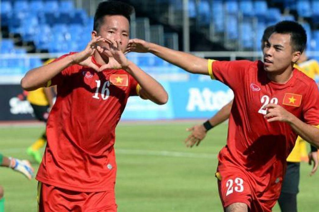 MENANG SELESA: Le Thanh Binh (kiri) meraikan gol pertama bersama Tran Phi Son dalam kemenangan selesa Vietnam 6-0 ke atas Brunei semalam. - Foto ZAINAL YAHYA